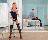 Милая блондинка медсестра в униформе занимается сексом с пациентом - 1