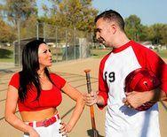 Секс брюнетки с большими сиськами с бейсболистом - 1