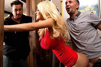 Смотреть порно с грудастой сексуальной блондинкой с пирсингом
