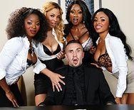 Смотреть групповое порно с негритянками и сексуальной блондинкой в офисе - 1