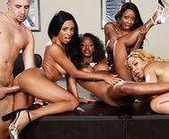 Смотреть групповое порно с негритянками и сексуальной блондинкой в офисе - 3