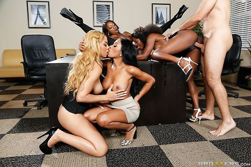 Смотреть порно в офисе групповое