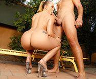 Жёсткий анальный секс жопастной блондинки со своим ёбарем - 4