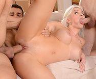 Стройная блондиночка первый раз пробует трахаться с двумя мужиками - 5