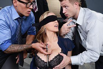 Смотреть порно с зрелой грудастой начальницей в офисе