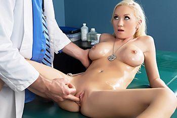 Секс блонды с большими сиськами на сеансе массажа