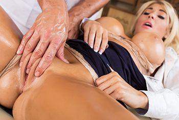 Смотреть классический секс с грудастой блондинкой на массаже