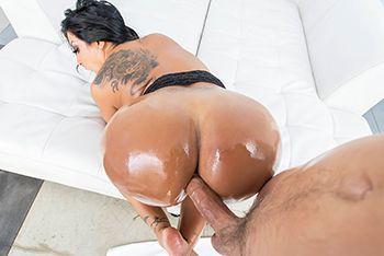 Смотреть порно в анал сексуальной черноволосой латинки с большой задницей