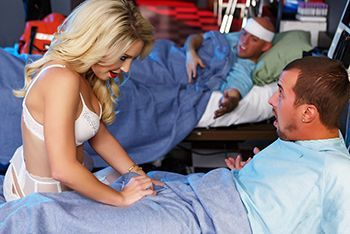 Секс ненасытной блондинки с персоналом больницы