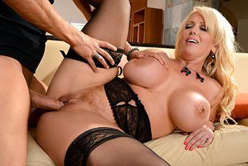 Смотреть порно пышная блондинка скачет на длинном члене