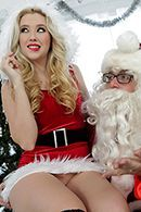 Порно с молодой блондинкой с натуральными сиськами на Рождество #2