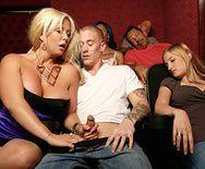 Смотреть трах в пизду сексуальной мамы с большими сиськами в театре - 2