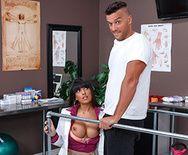 Смотреть страстный секс с пышной сексуальной латинкой медсестрой на столе - 2
