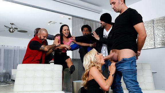Зрелая красивая блондинка занимается страстным сексом после вечеринки
