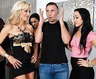 Зрелая красивая блондинка занимается страстным сексом после вечеринки - 1