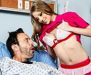 Трахает в пизду сексуальную и жаркую блонду медсестру с большими сиськами - 1