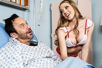 Трахает в пизду сексуальную и жаркую блонду медсестру с большими сиськами