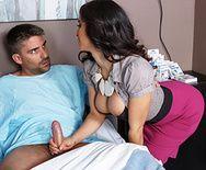 Смотреть групповой секс с грудастой зрелой медсестрой в клинике - 1