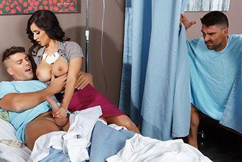 Смотреть групповой секс с грудастой зрелой медсестрой в клинике