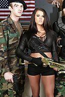 Смотреть горячее порно с брюнеткой в армейской казарме #2