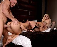 Смотреть групповое порно лысого с тремя горячими красотками - 3