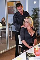 Смотреть секс в троем с двумя похотливыми красотками и мужиком бизнесменом #2