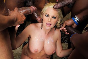 Групповой межрасовый секс с блондинкой