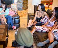 Лесбийская групповуха разных привлекательных девушек в одном доме - 3