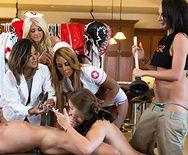 Смотреть групповой секс роскошных девушек в униформе медсестер с парнем - 2