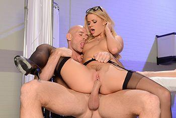 Страстный секс с блондинкой в эротических чулках