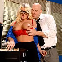 Смотреть порно с жопастой блондинкой на столе