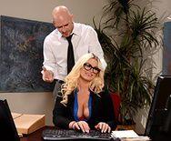 Смотреть порно с жопастой блондинкой на столе - 1
