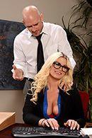 Смотреть порно с жопастой блондинкой на столе #2