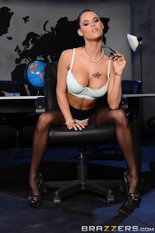Секс со стройной секретаршей в чулках