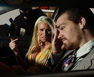 Жесткий секс на парковке с сисястой блондинкой - 1