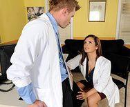 Порно красивой пациентки с доктором - 1
