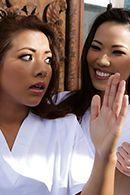 Смотреть горячий секс втроем с двумя азиатками на природе #5