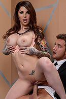 Смотреть горячий секс с татуированной сучкой в примерочной перед зеркалом #4