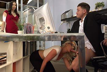 Порно босса со зрелой секретаршей на столе