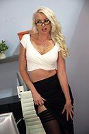 Порно босса со зрелой секретаршей на столе #1