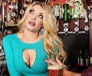 Смотреть горячее порно с блондинкой на барной стойке - 1