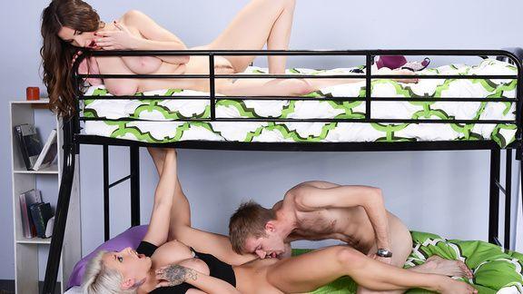 Смотреть секс втроем с молодыми и сисястыми студентками в общае