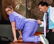 Смотреть страстный секс доктора с жопастой пациенткой - 1