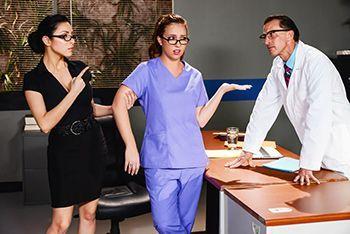 Смотреть страстный секс доктора с жопастой пациенткой