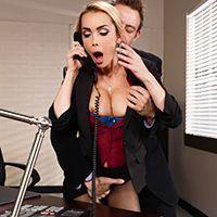 Трахает в пизду сексуальную МИЛФ секретаршу с большими сиськами и тату