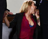 Трахает в пизду сексуальную МИЛФ секретаршу с большими сиськами и тату - 2