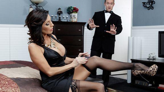 Порно с горячей зрелой брюнеткой в чулках