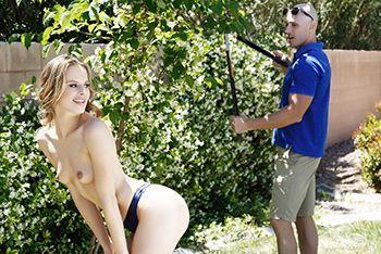 Жаркий секс у бассейна блондинки с садовником