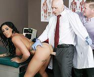 Красивая брюнетка кончает от секса с доктором в больнице - 3