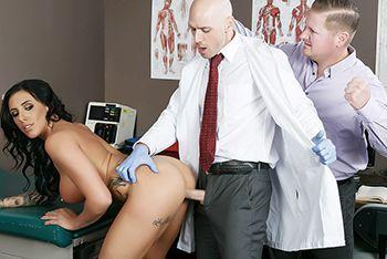 Красивая брюнетка кончает от секса с доктором в больнице